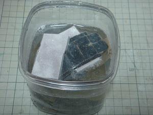 紙やすりを水で洗う
