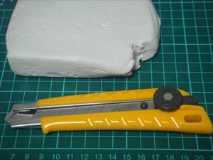 石粉粘土をカッターで切る